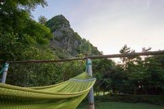 Αιώρα μπροστά από ένα βουνό σε έναν ξενώνα backpacker στην πόλη Phong Nha στο εθνικό πάρκο του κτυπήματος Phong Nha KE Στοκ Εικόνα