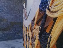 Αιώρα στο μπαλκόνι με τον τοίχο πετρών πίσω στοκ εικόνες