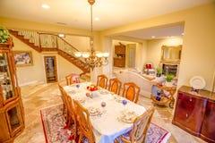 Ακίνητη περιουσία με τα παλαιά έπιπλα στο πρότυπο σπίτι Καλιφόρνιας Στοκ Φωτογραφία