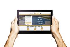 Ακίνητη περιουσία app σε μια ταμπλέτα χέρια που κρατούν την ταμπλέτα Άσπρη ανασκόπηση Στοκ φωτογραφίες με δικαίωμα ελεύθερης χρήσης