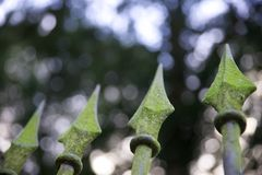 Ακίδες στον παλαιό φράκτη επεξεργασμένου σιδήρου Στοκ Εικόνα