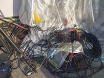 Ακατάστατα ηλεκτρικά καλώδιο και καλώδιο χρώματος στοκ εικόνα με δικαίωμα ελεύθερης χρήσης