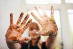 Ακατάστατα χέρια της γυναίκας ζωγράφος Στοκ Εικόνα