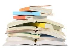 Ακατάστατος σωρός των βιβλίων χαρτόδετων βιβλίων Στοκ Εικόνες