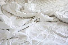 Ακατάστατο κάλυμμα ρυτίδων στην κρεβατοκάμαρα μετά από να ξυπνήσει το πρωί, Στοκ φωτογραφίες με δικαίωμα ελεύθερης χρήσης