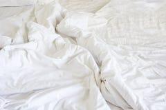 Ακατάστατο κάλυμμα ρυτίδων στην κρεβατοκάμαρα μετά από να ξυπνήσει το πρωί, Στοκ Εικόνες