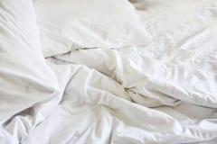 Ακατάστατο κάλυμμα ρυτίδων στην κρεβατοκάμαρα μετά από να ξυπνήσει το πρωί, Στοκ Εικόνα