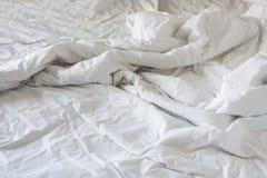 Ακατάστατο κάλυμμα ρυτίδων στην κρεβατοκάμαρα μετά από να ξυπνήσει το πρωί Στοκ Φωτογραφία