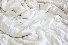 Ακατάστατο κάλυμμα ρυτίδων στην κρεβατοκάμαρα μετά από να ξυπνήσει το πρωί Στοκ Εικόνες