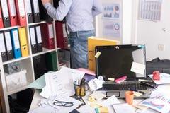 Ακατάστατο και σωριασμένο γραφείο Στοκ εικόνα με δικαίωμα ελεύθερης χρήσης