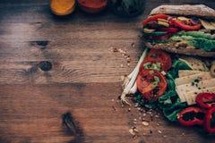Ακατάστατο να ξεχειλίσει σάντουιτς με τα συστατικά Στοκ Φωτογραφίες