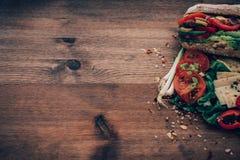 Ακατάστατο να ξεχειλίσει σάντουιτς με τα συστατικά Στοκ εικόνες με δικαίωμα ελεύθερης χρήσης