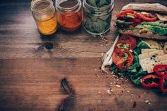 Ακατάστατο να ξεχειλίσει σάντουιτς με τα συστατικά Στοκ Εικόνα