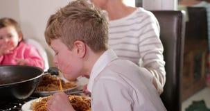 Ακατάστατο οικογενειακό γεύμα στο σπίτι φιλμ μικρού μήκους