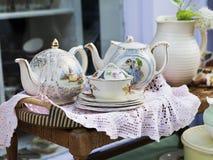 Ακατάστατο συσκευασμένο σύνολο δωματίων των παλαιών αντικειμένων όπως τα εργαλεία, tea-pot Στοκ Φωτογραφίες