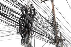 ακατάστατο χάος των καλωδίων με τα καλώδια στον ηλεκτρικό πόλο στο λευκό στοκ φωτογραφίες