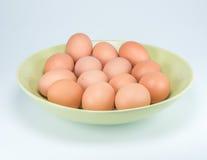 Ακατέργαστα αυγά στο άσπρο υπόβαθρο Στοκ Εικόνες