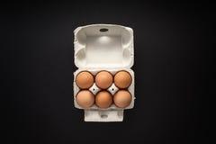Ακατέργαστα αυγά στο κιβώτιο χαρτοκιβωτίων που απομονώνεται Στοκ εικόνες με δικαίωμα ελεύθερης χρήσης
