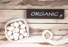 Ακατέργαστα αυγά στο ξύλινο υπόβαθρο Στοκ Φωτογραφίες