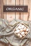 Ακατέργαστα αυγά στο ξύλινο υπόβαθρο Στοκ εικόνες με δικαίωμα ελεύθερης χρήσης