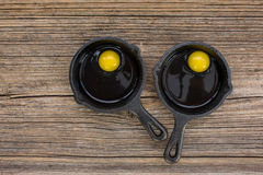 Ακατέργαστα αυγά στο τηγάνισμα του τηγανιού στον παλαιό ξύλινο πίνακα Στοκ εικόνες με δικαίωμα ελεύθερης χρήσης