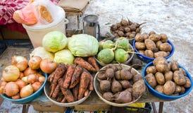 Ακατέργαστα λαχανικά έτοιμα για την πώληση στην τοπική αγορά οδών Στοκ φωτογραφίες με δικαίωμα ελεύθερης χρήσης