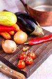 Ακατέργαστα λαχανικά για stew στο μαύρο πίνακα Στοκ εικόνα με δικαίωμα ελεύθερης χρήσης