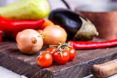 Ακατέργαστα λαχανικά για stew στο μαύρο πίνακα Στοκ Φωτογραφία