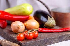 Ακατέργαστα λαχανικά για stew στο μαύρο πίνακα Στοκ Εικόνες
