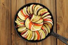 Ακατέργαστα λαχανικά που τοποθετούνται για το ratatouille φιαγμένο από μελιτζάνες, κολοκύνθη, Στοκ φωτογραφία με δικαίωμα ελεύθερης χρήσης