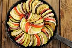 Ακατέργαστα λαχανικά που τοποθετούνται για το ratatouille φιαγμένο από μελιτζάνες, κολοκύνθη, Στοκ Εικόνα