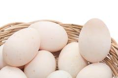 Ακατέργαστα βρώμικα αυγά παπιών στο καλάθι Στοκ Εικόνες