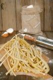 Ακατέργαστα ζυμαρικά με το αλεύρι Στοκ φωτογραφίες με δικαίωμα ελεύθερης χρήσης