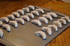 Ακατέργαστα ημισεληνοειδή μπισκότα έτοιμα να ψηθούν Στοκ Φωτογραφία