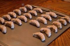 Ακατέργαστα ημισεληνοειδή μπισκότα έτοιμα να ψηθούν Στοκ εικόνα με δικαίωμα ελεύθερης χρήσης
