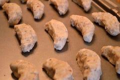 Ακατέργαστα ημισεληνοειδή μπισκότα έτοιμα να ψηθούν Στοκ Εικόνα