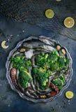 Ακατέργαστα θαλασσινά: πέστροφα, χταπόδι, γαρίδες και μύδια σε ένα πιάτο, copyspace Στοκ Φωτογραφία