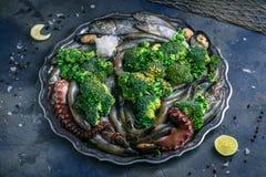 Ακατέργαστα θαλασσινά: πέστροφα, χταπόδι, γαρίδες και μύδια σε ένα πιάτο, τοπ άποψη Στοκ Εικόνα