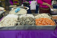 Ακατέργαστα θαλασσινά για το μαγείρεμα της πικάντικης σαλάτας με το κρέας και τα θαλασσινά μιγμάτων Στοκ Εικόνες
