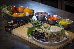 Ακατέργαστα θαλασσινά στο πιάτο με τα φρούτα και λαχανικά, υγιή τρόφιμα Στοκ φωτογραφία με δικαίωμα ελεύθερης χρήσης