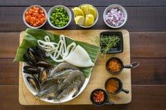 Ακατέργαστα θαλασσινά στο πιάτο, υγιή τρόφιμα, γαρίδα, καλαμάρι μαλακίων Στοκ Φωτογραφίες