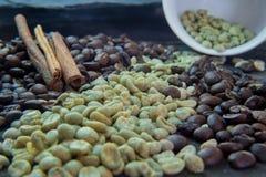 Ακατέργαστα και ψημένα φασόλια καφέ στο φλυτζάνι ορείχαλκου και το κακό εμπορευματοκιβώτιο Στοκ φωτογραφία με δικαίωμα ελεύθερης χρήσης