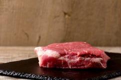 Ακατέργαστα καρυκεύματα πιάτων κρέατος του Angus μπριζόλας μαύρα στοκ εικόνες