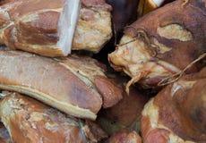 Ακατέργαστα κομμάτια του καπνισμένου λουκάνικου Στοκ φωτογραφία με δικαίωμα ελεύθερης χρήσης