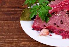 Ακατέργαστα κρέας και καρύκευμα Στοκ εικόνες με δικαίωμα ελεύθερης χρήσης