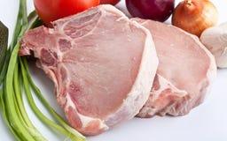 ακατέργαστα λαχανικά χοιρινού κρέατος μπριζολών Στοκ Φωτογραφίες