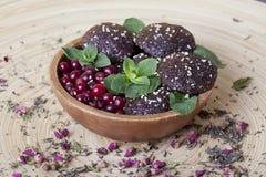 Ακατέργαστα μπισκότα τροφίμων με τα τα βακκίνια, σπόροι σουσαμιού, Στοκ Εικόνες