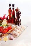 Ακατέργαστα μπριζόλες, καρυκεύματα και συστατικά Στοκ εικόνα με δικαίωμα ελεύθερης χρήσης
