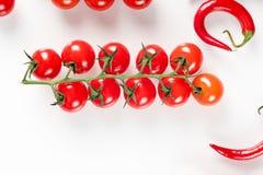 Ακατέργαστα οργανικά λαχανικά με τα φρέσκα συστατικά για το υγιές μαγείρεμα στο άσπρο υπόβαθρο Έννοια τροφίμων Vegan ή διατροφής  Στοκ Εικόνες