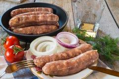 Ακατέργαστα λουκάνικα κρέατος, με τις ντομάτες, κρεμμύδι, άνηθος Στοκ φωτογραφίες με δικαίωμα ελεύθερης χρήσης